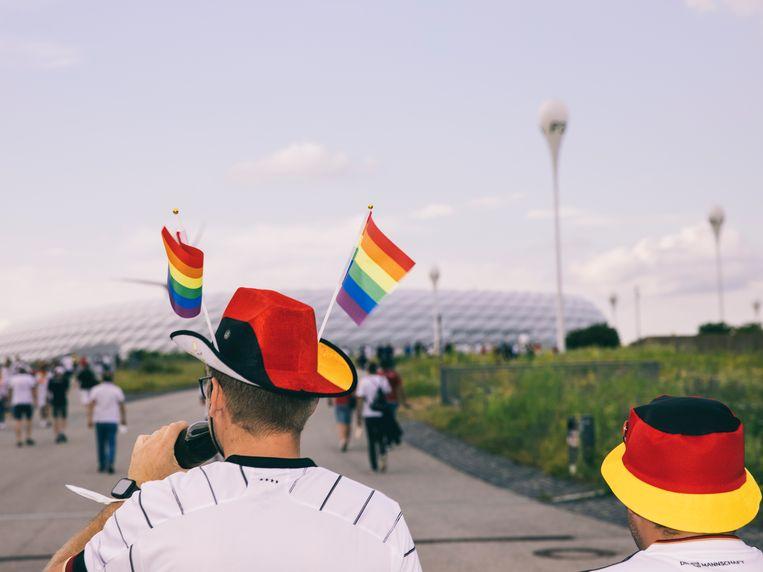 Regenboogprotest bij het voetbalstadion in München. Beeld Janek Stroisch