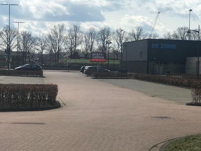 Bij de parkeerplaats aan de Olympiaweg in Waalwijk is er overlast van samenscholende jongeren. Er wordt nu duidelijk gewaarschuwd dat groepsvorming verboden is.