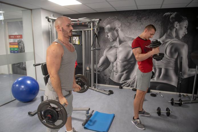De Roemenen Florin Lupascu en Catalin Sandu (rechts) in de fitnesszaal van de campus in Waalwijk.