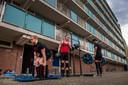 Lars Kruik (links) en zijn vrienden halen iedere training sporttoestellen uit de kelder van zijn flat.  Na de training wordt alles weer netjes opgeruimd. In het midden: Ianto Rodenburg, rechts Christian Castillo.