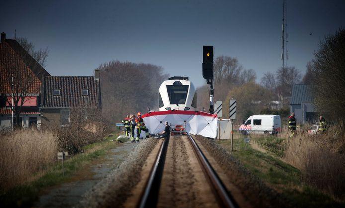 Hulpdiensten op het spoor bij de Oude Trekweg bij Harlingen waar een auto in botsing kwam met een trein. Het ongeval gebeurde op een onbewaakte overweg op particulier terrein.
