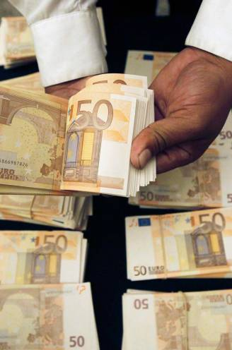 """Goochelende oplichters maken bejaarde 100.000 euro lichter: """"Met deze briefjes en vloeistof kan je zelf geld maken"""""""