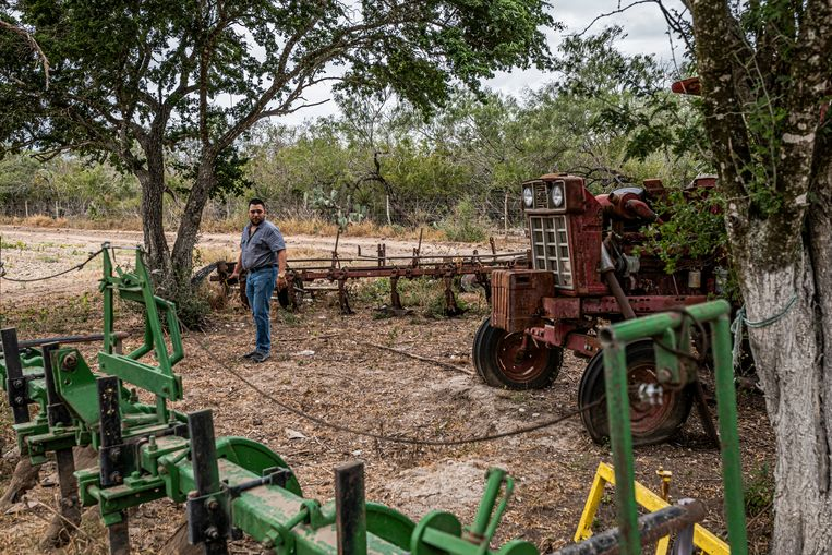Luis Rodríguez op de plek waar de overblijfselen van zijn zus Karen gevonden werden.  Beeld DANIEL BEREHULAK/NYT/HH