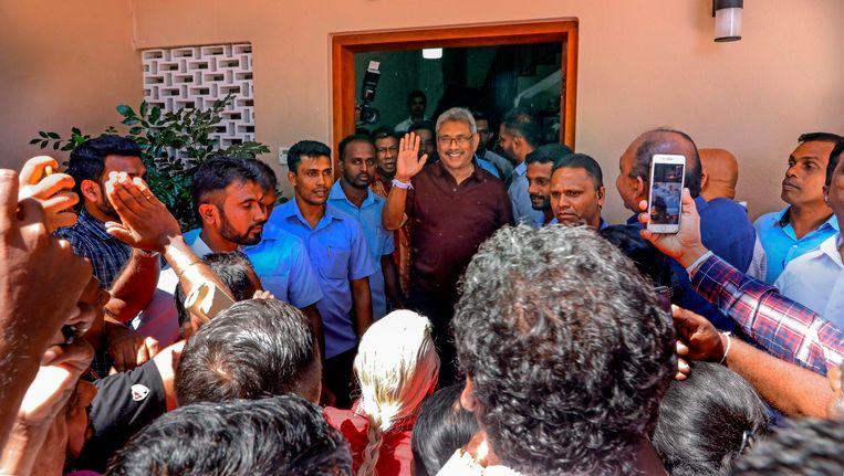 Gotabaya Rajapaksa groet zijn aanhang bij zijn huis in Colombo, nadat zijn verkiezingsoverwinning bekend werd. Beeld AFP