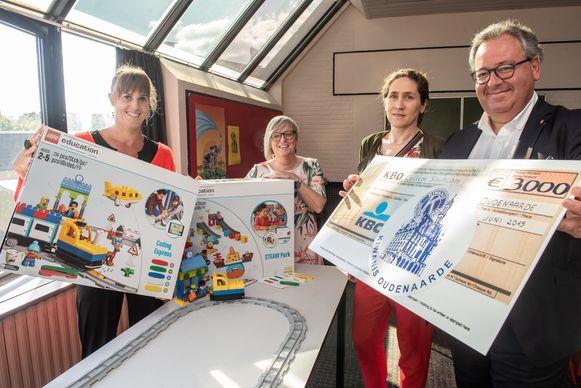 Guy Van De Velde, voorzitter van Kiwanis Adriaen Brouwer Oudenaarde, kwam in de school de symbolische cheque overhandigen.