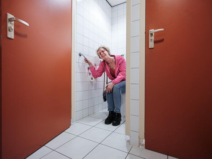 Sandra Gosseling op een openbare wc in Ulft, ze zijn onder andere te vinden bij cafetaria André