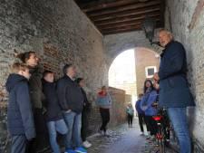 Hans leidt je door de geheimzinnigste steegjes van Middelburg: 'Ik heb echt een droombaan'