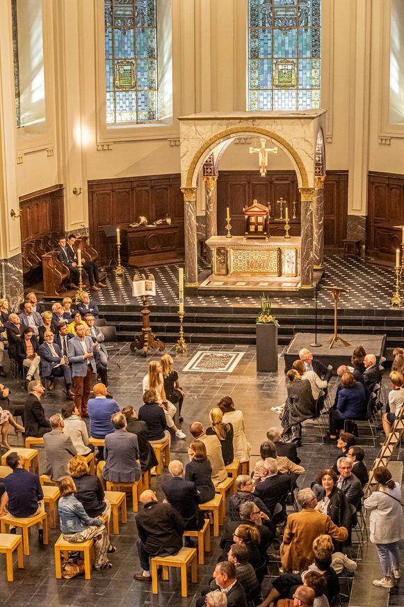 Een blik binnen in de gerenoveerde kerk.