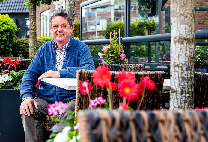 Gerard van Dijk op het terras van zijn hotel-restaurant in Maasdam. Eind dit jaar krijgt De Hoogt een nieuwe eigenaar.