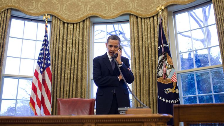 Barack Obama telefoneert in de Oval Office Beeld AP