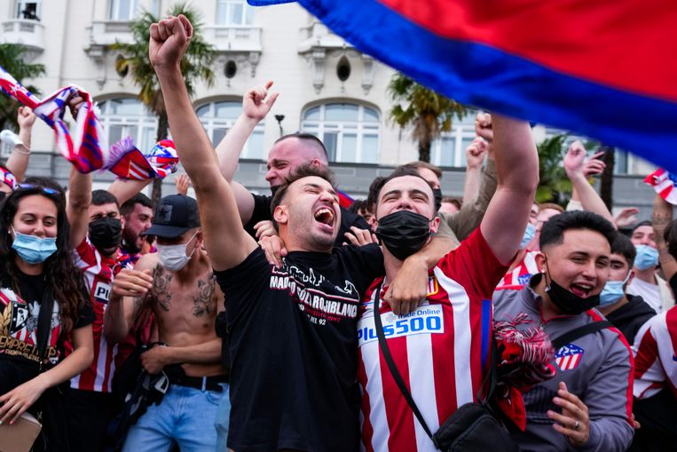 Atlético Madrid is kampioen van Spanje, fans vieren het op straat in Madrid. Beeld AP
