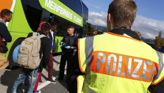 Politieagenten controleren paspoorten in het zuiden van Duitsland