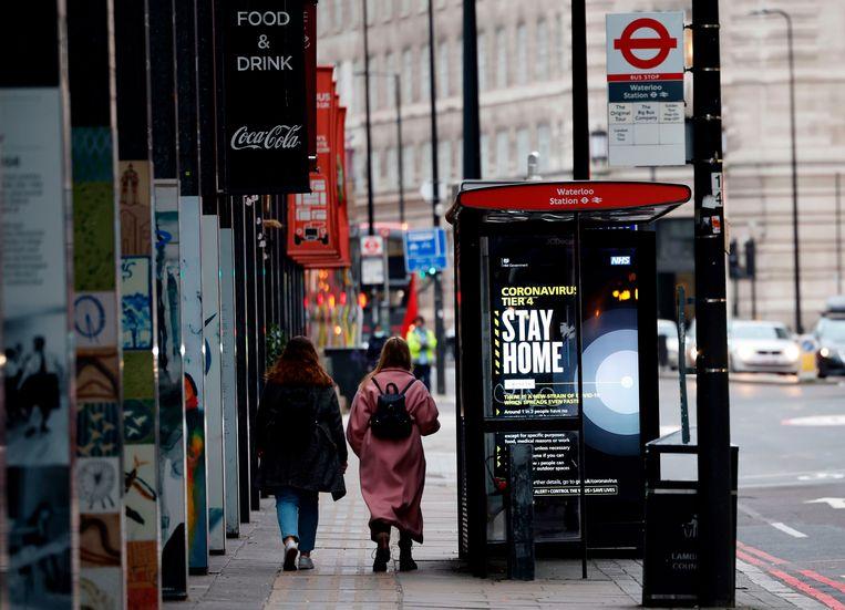 Een boodschap over Tier 4-beperkingen in Londen. De Britse regering heeft opnieuw in meer gebieden van Engeland de strengste maatregelen tegen de verspreiding van het coronavirus ingevoerd. Beeld AFP