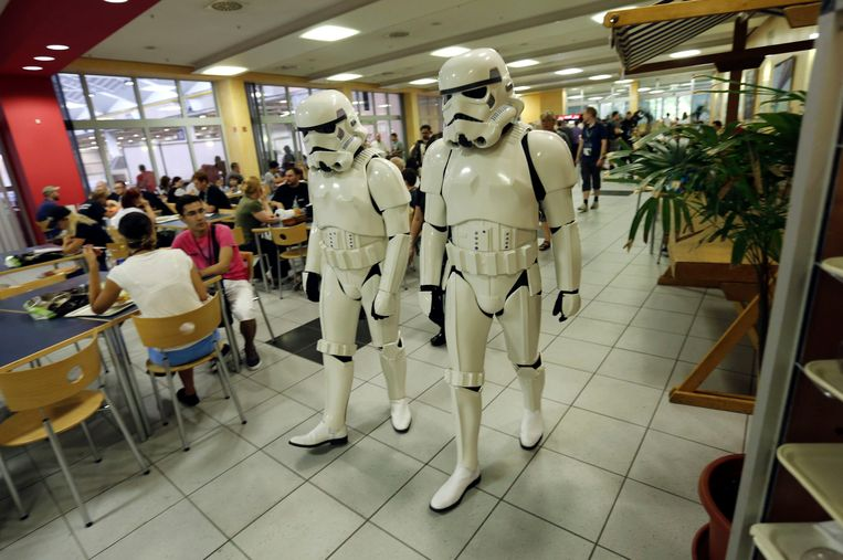 Two Star Wars fans dressed as Storm Troopers walk through the cafeteria of the fair grounds in Essen July 26, 2013. Star Wars fans from all over the world meet in the western German city of Essen this weekend to jointly celebrate their passion for the science fiction movie series by U.S. director George Lucas.   REUTERS/Wolfgang Rattay (GERMANY - Tags: SOCIETY ENTERTAINMENT TPX IMAGES OF THE DAY) Beeld REUTERS