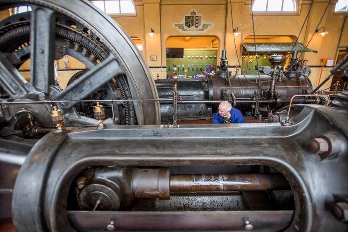 Vrijwilligers werken in Oisterwijk al tien jaar aan restauratie van de stoommachine van leerfabriek KVL.