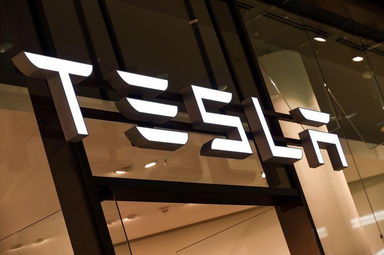 Het logo van Tesla.
