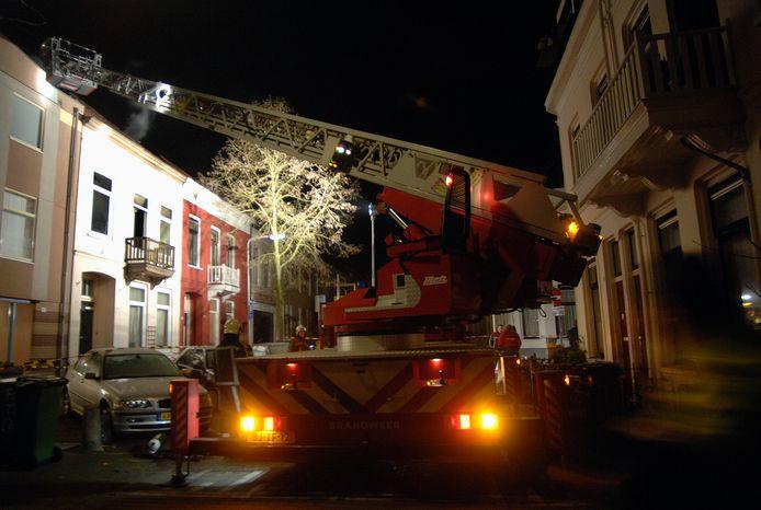 De brandweer in actie om het pand aan de Schrassertstraat te blussen in 2008.