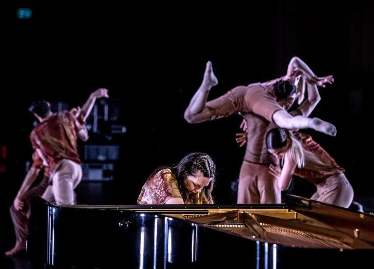 Pianist Daria van den Bercken repeteert voor een biennalevoorstelling met dansers van Introdans in Musis Arnhem. Beeld Koen Verheijden