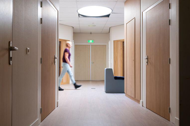 Overzichtsruimte tussen time out kamers en extra beveiligde kamers, in een jeugdzorg instelling.  Beeld Hollandse Hoogte / Roos Koole Fotografie