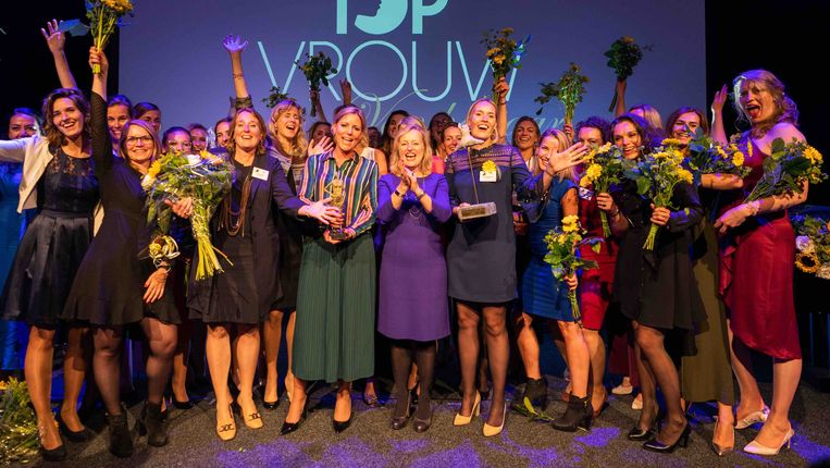 Topvrouwen van het jaar 2019, met juryvoorzitter Jet Bussemaker in het midden. Beeld Paul tolenaar / stichting topvrouw van het jaar