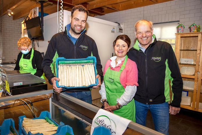 De aspergeoogst is wat verlaat dit jaar, maar bij Van Gerven in Oirschot wordt dagelijks toch nog vijf- tot zesduizend kilo van 'het witte goud' geoogst. Vlnr: Willem van Gerven, Sandra van Gerven en Jan van Gerven.