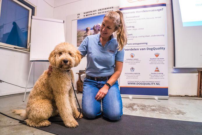 Natasha Doze weet precies hoe je een hond moet masseren. Nou, kom maar op dan, lijkt hond Tommy te denken.