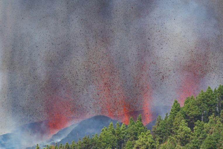 Rook en lava komen zondag uit een vulkaan op het Canarische eiland La Palma. Beeld Reuters