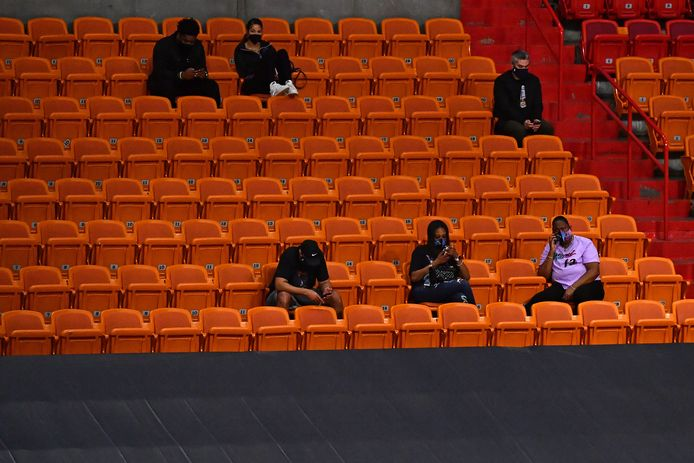 Vrienden en familieleden van spelers in het stadion.