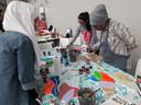 Ook powermeisjes werkten mee aan het kunstwerk voor Internationale Vrouwendag in Hilvarenbeek
