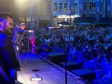 En of Willy Sommers (66) nog populair is bij de vrouwen: zanger krijgt paarse bh toegesmeten tijdens concert in Brugge
