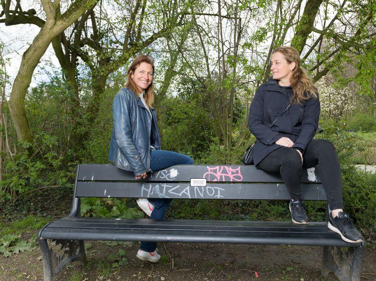 Eline (links) met tweeling zus Eva. Beeld Ivo van der Bent