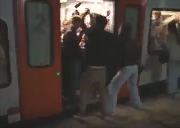 Jongeren bouwen een feestje op de trein. Beeld videostill