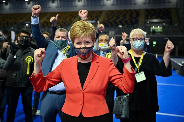 De Schotse premier Nicola Sturgeon triomfeert. Beeld Reuters