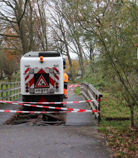 Veegwagen zakt in Deventer door houten brug