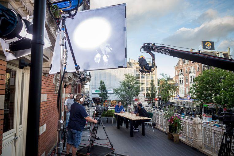 Een uitzending van de Amsterdamse stadszender AT5 bij het Leidseplein in Amsterdam. De getoonde mensen komen niet in dit verhaal aan het woord. Beeld Hollandse Hoogte