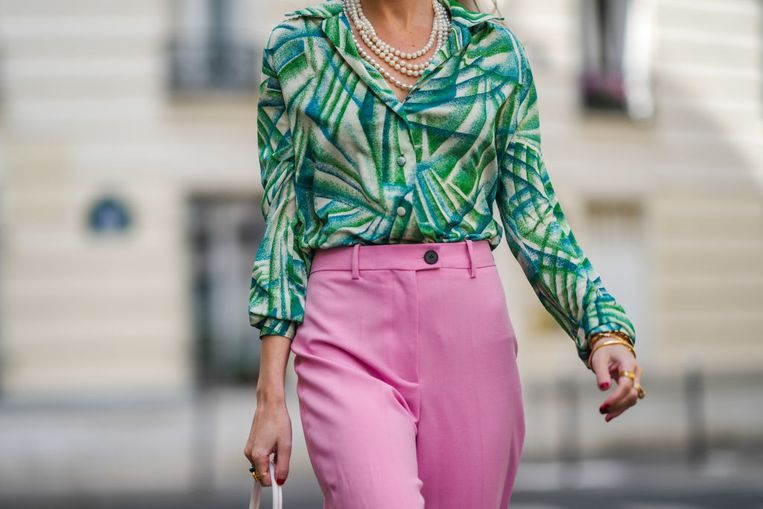 PARIS, FRANCE - MAY 23: Alba Garavito Torre wears a white pearls necklace, a white with green tree leaf pattern shirt, pale pink flared suit pants, gold rings, a green ring, a pink ring, gold bracelets, a white matter leather handbag, on May 23, 2021 in Paris, France. (Photo by Edward Berthelot/Getty Images) Beeld Getty Images