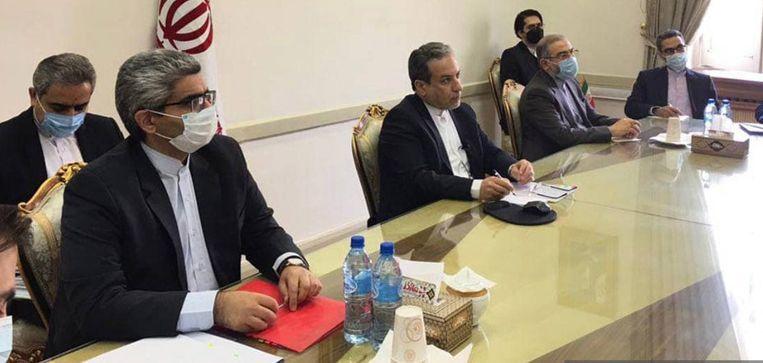 Iraans buitenlandminister Abbas Araghchi (m.) spreekt tijdens een videomeeting met een aantal landen af om elkaar dinsdag in Wenen te ontmoeten over de nucleaire overeenkomst met Iran. Beeld EPA