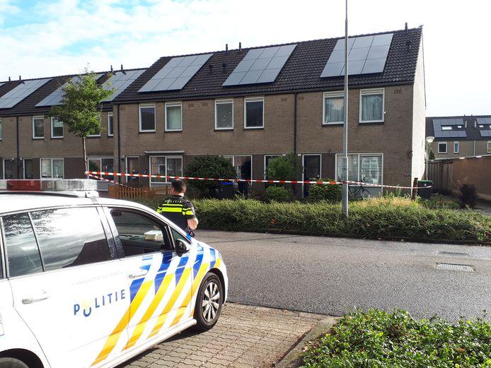 Agenten bewaken de woning aan de Batenburglaan in Uden die nu wordt aangeduid als plaats delict.