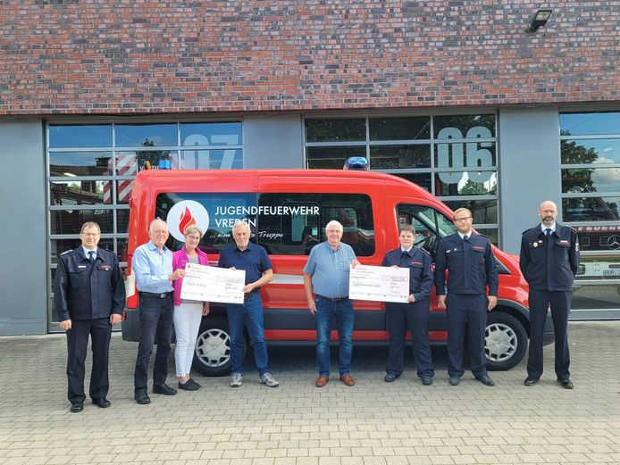 Het windmolenpark Ammeloe / Köckelwick schenkt duizend euro aan de jeugdbrandweer in Vreden en duizend euro aan onderzoek naar taaislijmziekte.