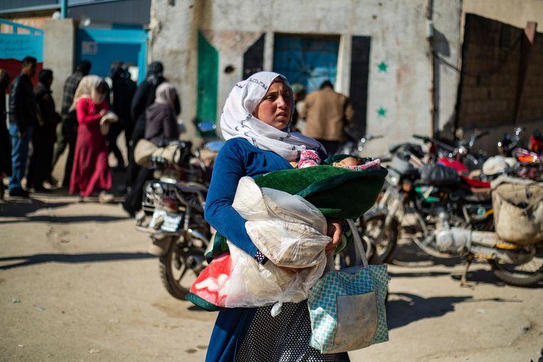Deze vrouw keert met brood terug van de Baath-bakkerij in Qamishli. Beeld Delil Souleiman