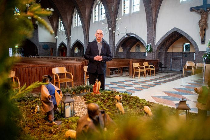 Pastoor André Monninkhof bij de kerststal in de rooms-katholieke kerk in Dalfsen.