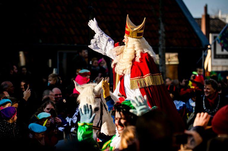 Sinterklaas gaat te paard naar de Zaanse Schans.  Beeld Remko de Waal/ANP