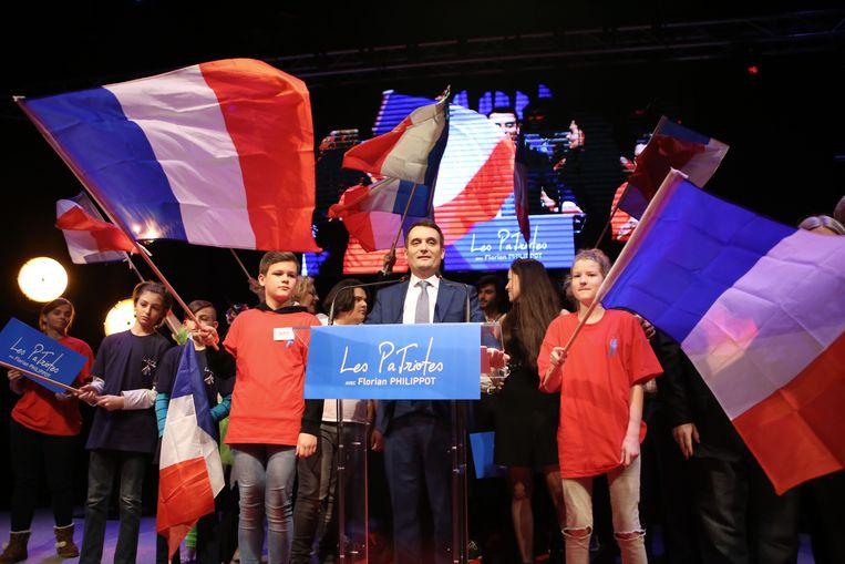 Het Franse Europarlementslid Florian Philippot heeft gisteren in het Noord-Franse Arras zijn nieuwe politieke partij 'Les Patriotes' (De Patriotten) voorgesteld, die qua ideologie weinig verschilt van het FN, waar hij vandaan komt. Beeld AFP