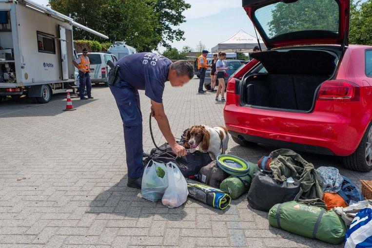 Steekproefgewijs werden festivalgangers gecontroleerd op drugs. De hele wagen diende voor de drughond uitgeladen.
