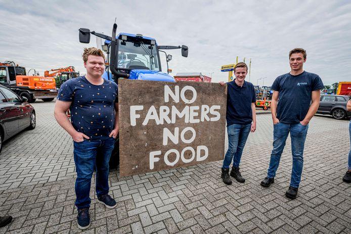 """Luuk en Stijn Fox uit Lattrop en Gijs Borghuis uit Beuningen. Stijn (17): """"Ik ben er niet gerust op dat ons bedrijf over een paar jaar nog bestaat."""""""