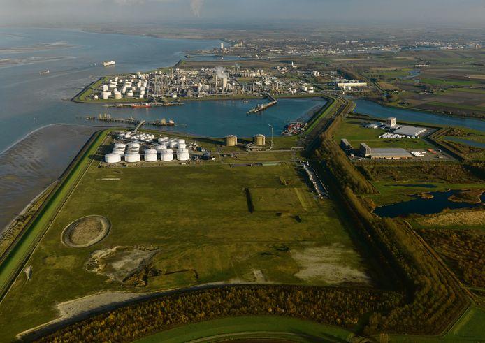 Zicht op industriepark Dow, met op de voorgrond bedrijventerrein Mosselbanken en de Braakmanhaven en op de achtergrond Terneuzen.