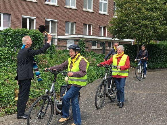 Priester Rik Renckens zegende alle fietsers bij vertrek