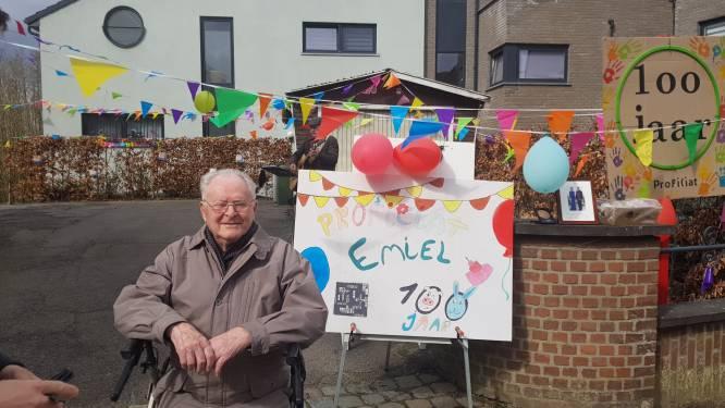 """Emiel viert 100ste verjaardag en verklapt al grappend geheim voor lang leven: """"Blijven ademen"""""""