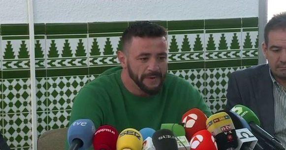David Serrano tijdens een persconferentie.
