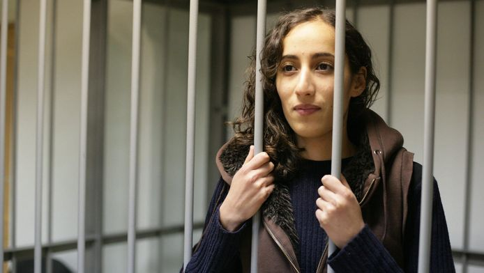 Ook de Nederlandse Greenpeace-activisten Faiza Oulahsen en Mannes Ubels worden door Rusland verdacht van piraterij.